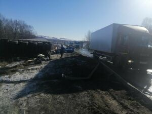 Фура врезалась в отбойник и перевернулась в Татарстане, водителей госпитализировали