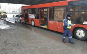 Такси протаранило автобус на проспекте Победы в Казани, пострадали два человека