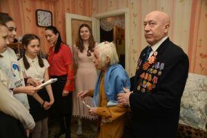 В Елабуге на акции «Синий платочек Победы» женщин-фронтовиков поздравили с 8 Марта