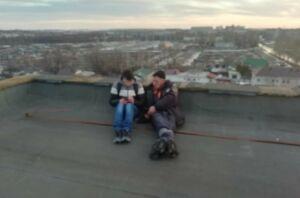 В Челнах спасли юношу, который несколько часов гулял по краю крыши высотки