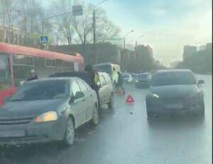 Столкновение трех авто стало причиной серьезной пробки на улице Восстания в Казани