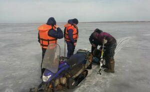 На самодельной лодке по тонкому льду: спасатели провели рейд на Каме в Челнах