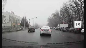 В Казани на видео попал лихач, который едва не сбил людей, пролетев на «красный»