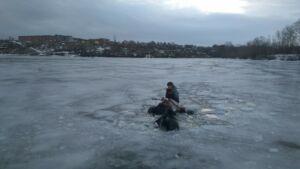 Спасатели пришли на помощь двоим рыбакам, провалившимся на мотоцикле под лед в РТ