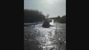 Появилось видео момента падения трактора в воду с моста в Буинском районе РТ