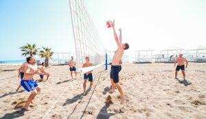 Футболисты «КАМАЗа» сыграли дружеский матч в пляжный волейбол с тренерским штабом