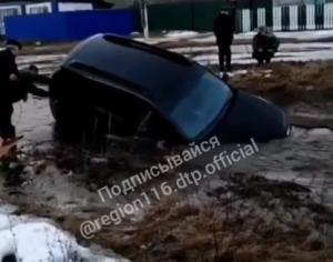 На видео сняли, как в селе Алькеевского района машина провалилась в затопленный овраг