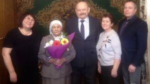 В Альметьевске в 90-летний юбилей труженице тыла вручили медаль