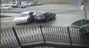На видео попало начало дорожного конфликта со стрельбой у мечети в Казани