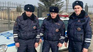 Автоинспекторы Казани помогли автоледи отремонтировать и поставить пробитое колесо