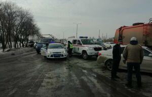 В Челнах водитель авто погиб, уходя от столкновения и врезавшись в «КАМАЗ» на обочине