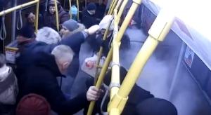 На видео сняли, как в казанском автобусе с пассажирами сработал огнетушитель