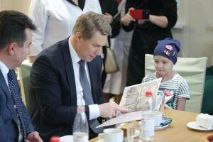 Дети из Дома Роналда Макдоналда в Казани подарили Мурашко книгу сказок