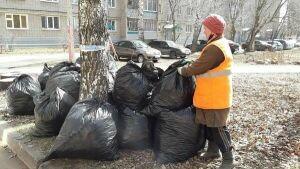 В Елабуге сотрудники Управления благоустройства наводят порядок на улицах