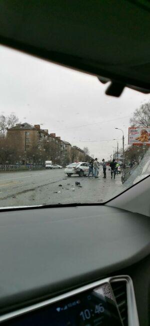 На видео попало, как в Казани иномарка перевернулась на крышу после ДТП с такси