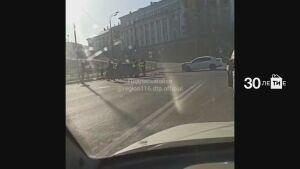 На видео попали последствия ДТП в Казани, в результате которого авто снесло забор