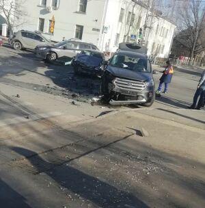 Два человека пострадали в ДТП с легковушкой и внедорожником в центре Казани