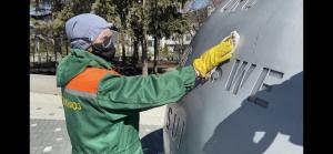 В пустых парках Казани продолжают дезинфицировать скамейки и статуи