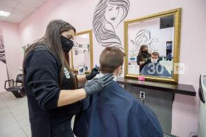 «Всегда в первую очередь цирюльня»: в Казани открылись парикмахерские