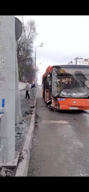 На видео попали последствия ДТП в Казани, где автобус влетел в столб