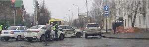 Такси и иномарка не поделили перекресток в Казани, один из водителей в больнице
