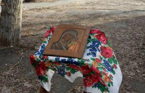 У места под памятный крест протопопу Аввакуму в Казани прошел молебен против Covid-19