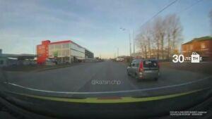 На видео попал автохам в Казани, который устроил на дороге разборки со «скорой»