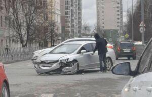Очевидцы сняли на видео, как после ДТП в центре Казани иномарка снесла забор