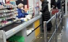 В магазинах, аптеках и ЗАГСе Альметьевска нанесли разметку для соблюдения дистанции