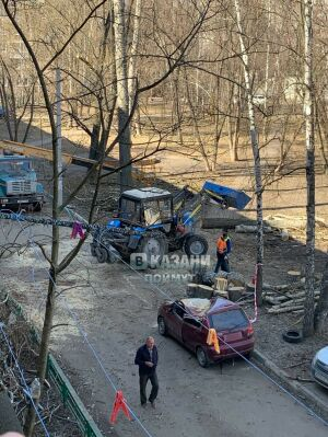 В Казани  на видео сняли, как во дворе дома на Батыршина дерево рухнуло на машину