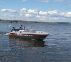 Под Чистополем сутки ищут рыбака, выпавшего из лодки в Каму