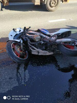 Байкер сломал позвоночник и ноги в ДТП с внедорожником и легковушкой в Челнах