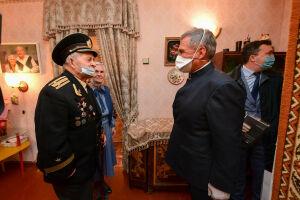 Минниханов поздравил чету ветеранов Петровых с Днем семьи