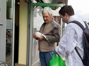 В Нижнекамске волонтеры бесплатно раздают маски нарушителям режима