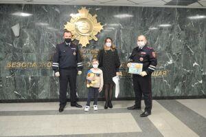 Жительница Казани поблагодарила автоинспекторов за спасение жизни ее сына