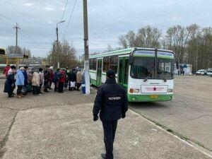В Нижнекамске открыт дачный сезон: пассажирам раздают маски, автобусы дезинфицируют
