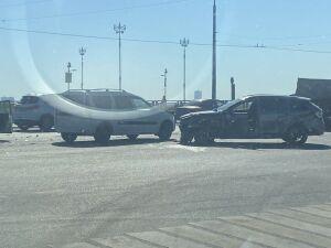 Два человека пострадали в столкновении двух авто на Кремлевской дамбе в Казани