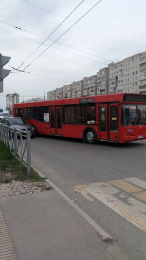 Неопытный водитель иномарки не поделил дорогу с автобусом в Казани