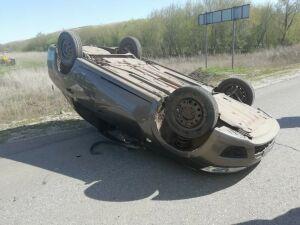 Из-за аварии с трактором в Татарстане легковушка перевернулась на крышу