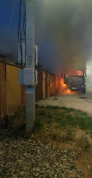 Ночью в Казани пожарные тушили горящую автобетономешалку