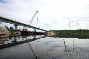В Татарстане начали устанавливать последнюю опору нового моста через Свиягу