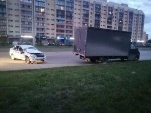 В Челнах пьяный таксист врезался в припаркованную грузовую «ГАЗель»