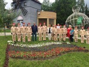 В День России глава Зеленодольска посадил цветочный триколор и нарисовал медведя