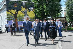 Минниханов оценил благоустройство двора в Адмиралтейской слободе