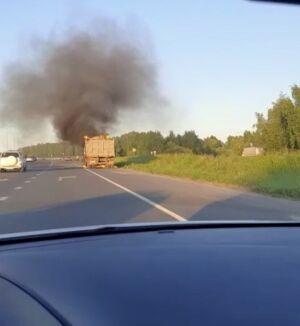 На видео попал полыхающий в Казани грузовик