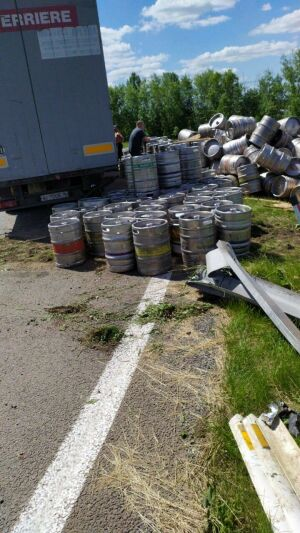 В Татарстане на трассе М7 на развороте опрокинулась фура с пивом