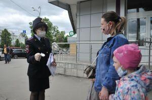 Сотрудники ГИБДД на улицах Казани напомнили пешеходам правила дорожного движения