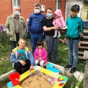 Писатель Александр Дорофеев из Лаишева сделал подарок многодетной семье