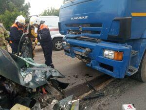 Водитель и пассажир легковушки погибли в столкновении с грузовиком в Челнах
