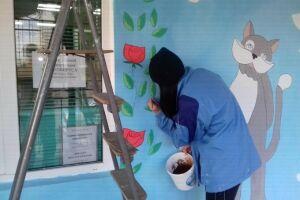 Елабужские студентки красочно расписали здание «Планеты добра»